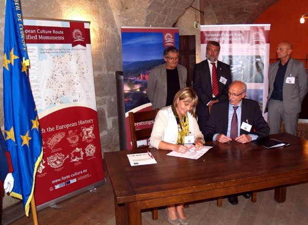 "Signing of the ""Declaration of Interest"" for participation in the tourist culture route FORTE CULTURA: Mrs. Dr. Weber, Vice mayor of City Coburg and Mr H. Röder, Chairman of ECCOFORT, accompanied by the representatives of fortress cities Lichtenau, Weissenburg and Kulmbach"