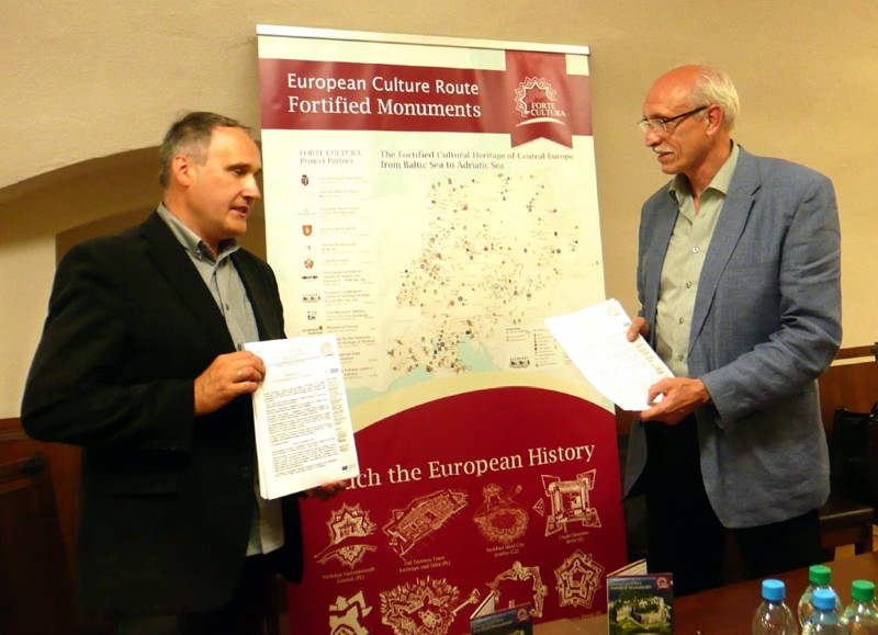 "Signing of the ""Declaration of Interest"" for participation in the tourist culture route FORTE CULTURA: Mr. K. Niebora, Vice mayor of Srebrna Gora and Mr H. Röder, Chairman of ECCOFORT"